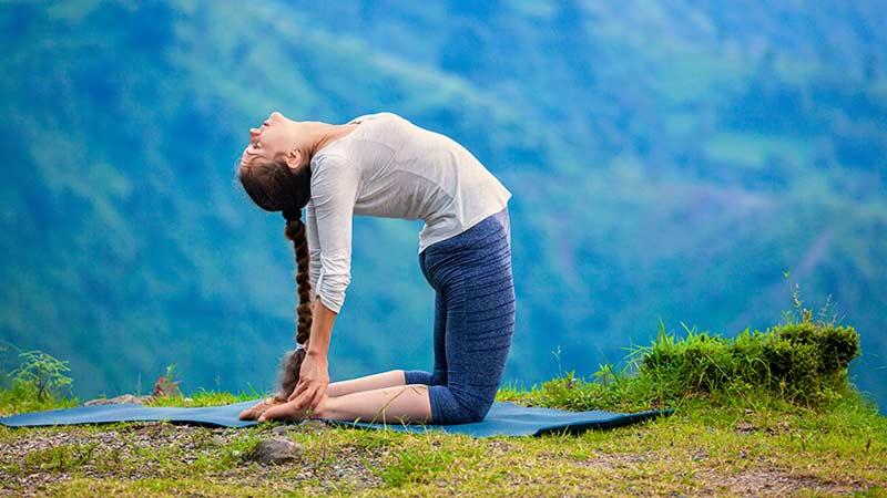 postura de yoga para estirar el abdomen